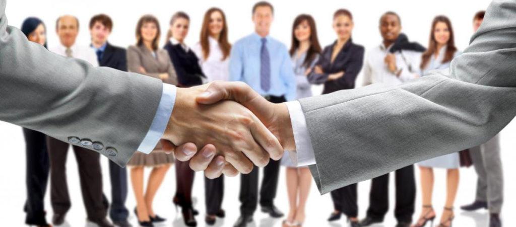 Рукопожатие бизнесменов в офисе