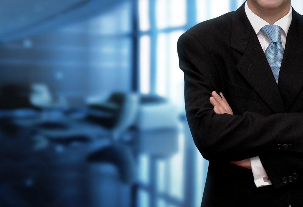 Бизнесмен стоит в офисе