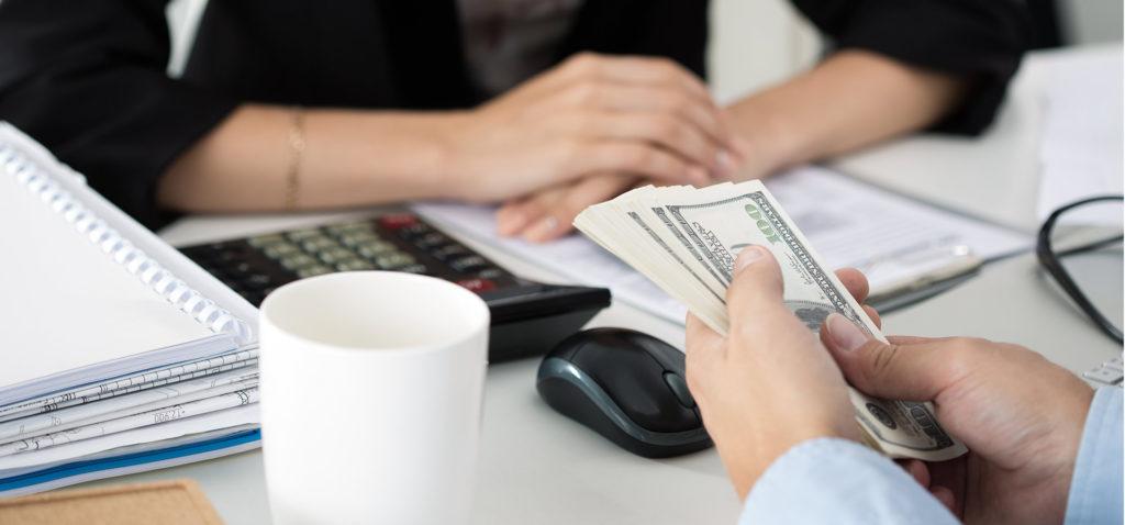 Бизнесмен держит деньги в руках