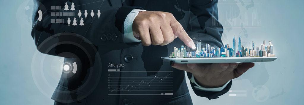 Бизнесмен держит в руках планшет с бизнес проектом