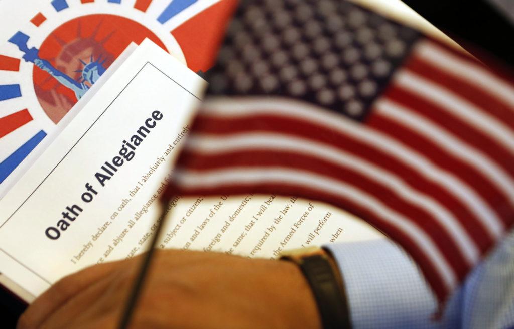 Текст присяги с американским флагом на церемонии натурализации